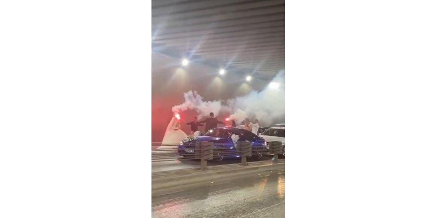 Antalya'nın en işlek yolunu trafiğe kapatıp çiftetelli oynadılar
