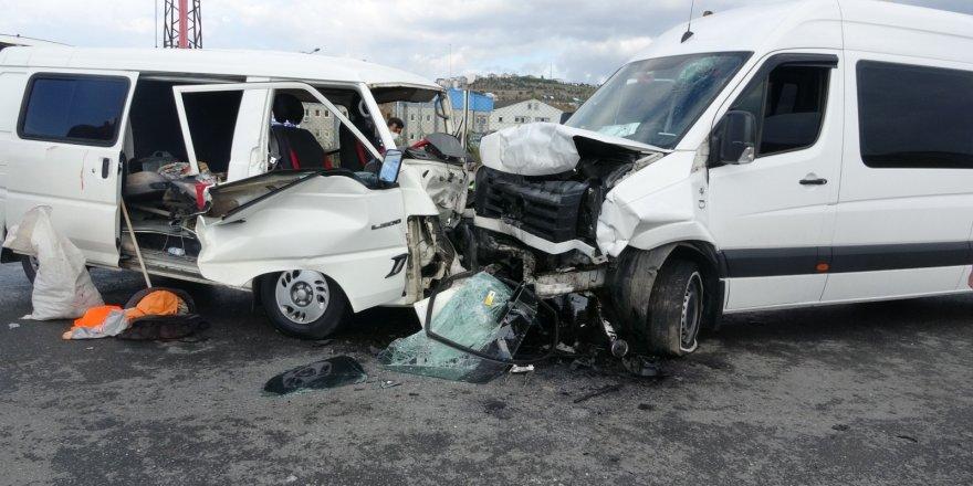 Sancaktepe'de okul servisi ile kamyonet kafa kafaya çarpıştı: 4 yaralı