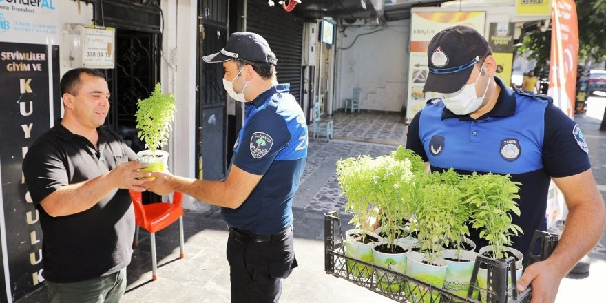 Şehitkamil'de esnafa reyhan çiçeği hediyesi