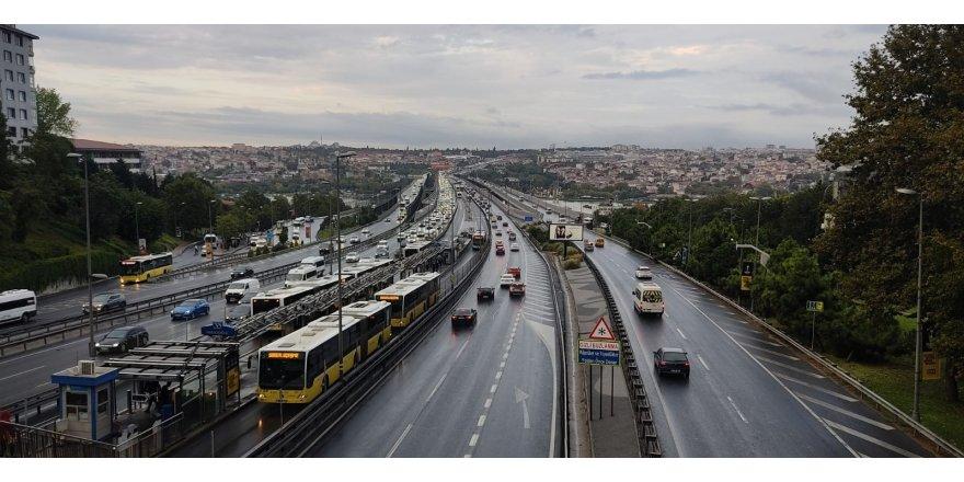 Sabah saatlerinde etkili olmaya başlayan yağmur trafik yoğunluğu oluşturdu