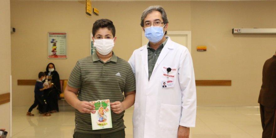 Hastanedeki çocuklara masal kitabı dağıtıldı