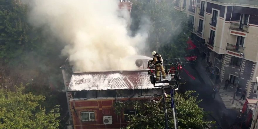 Eyüpsultan'da 2 katlı bina alev alev yandı