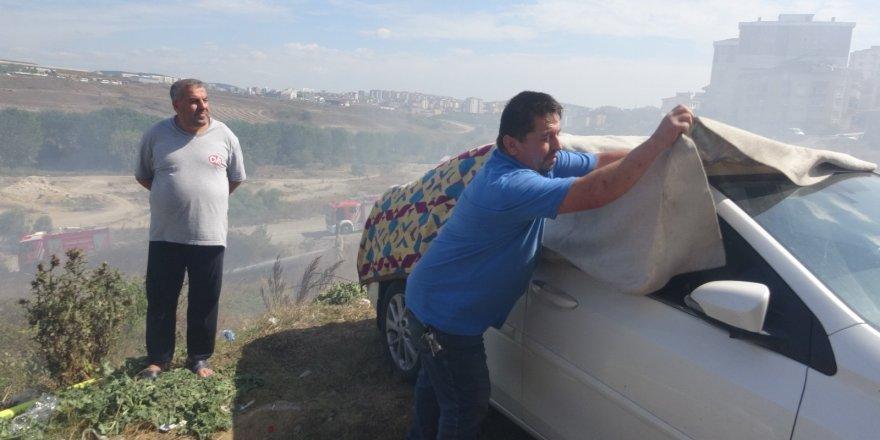 Yangına karşı ilginç yöntem: arabayı korumak için battaniyeyle kapladı