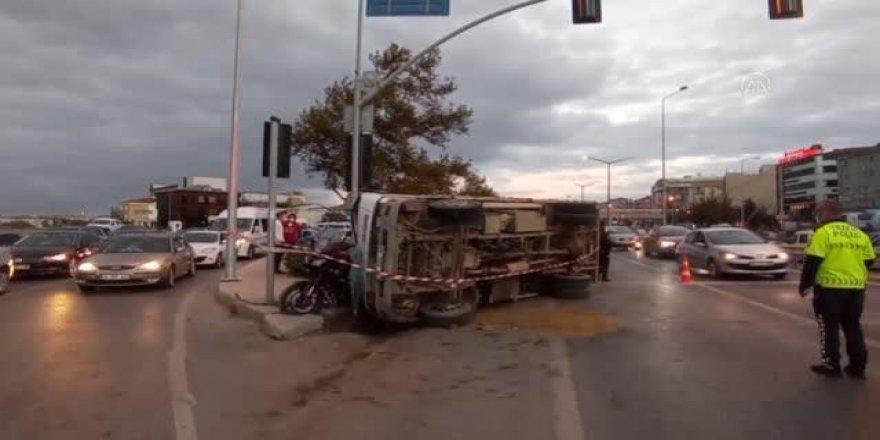 Kum kamyonu polisin üzerine devrildi