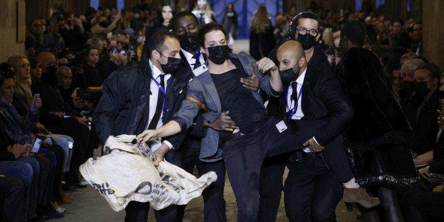 Moda devine Paris'te protesto şoku