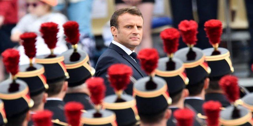 Macron'un aşı kartını kullanırken yakalandı