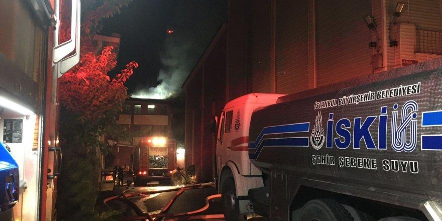 Başakşehir'de kimyasal ham madde fabrikasında çıkan yangına müdahale sürüyor