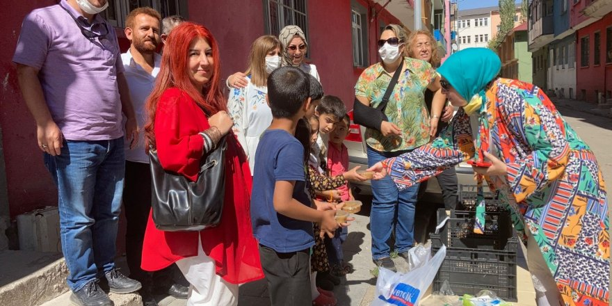 Türk Anneler Derneğinden Aşure dağıtımı