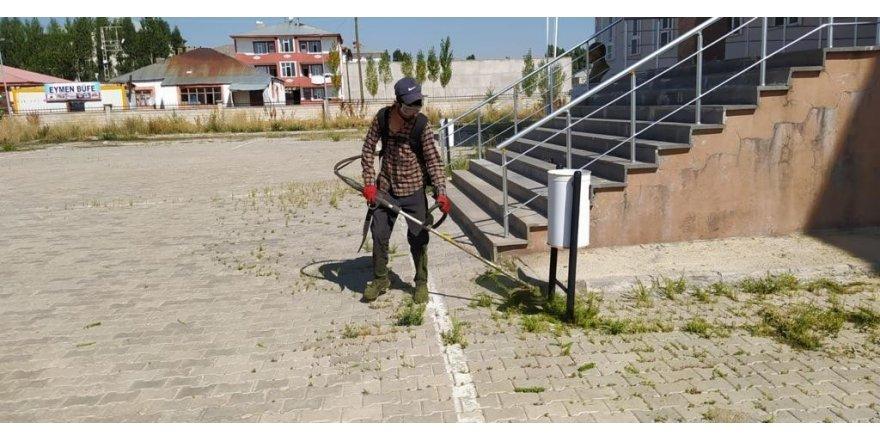 Çaldıran Belediyesi okul bahçelerinde temizlik ve peyzaj çalışmalarına başladı